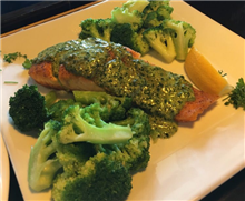 Salmone Grilled salmon filet with fresh lemon and Pesto