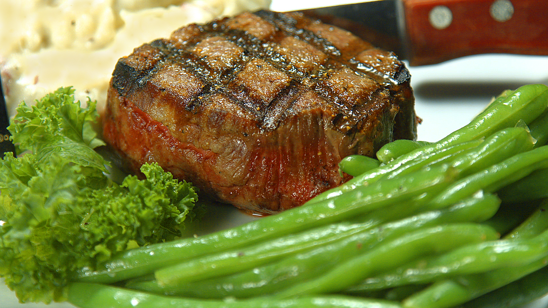 steak with green beans on the side