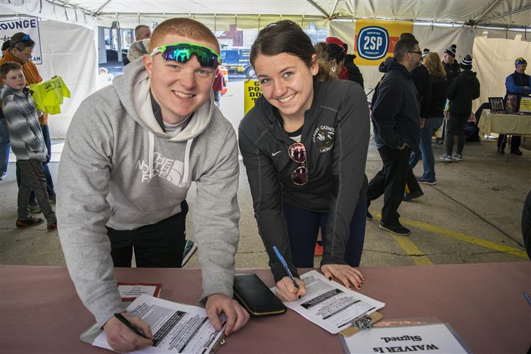 runners signing up for the race