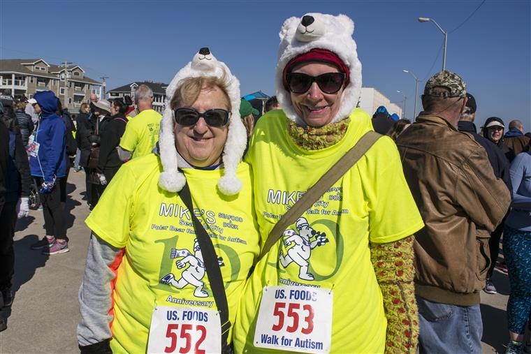 race runner contestants in polar bear hats