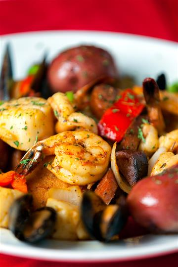 Steamed seasoned shrimp with vegetables and whole mini red potatoes