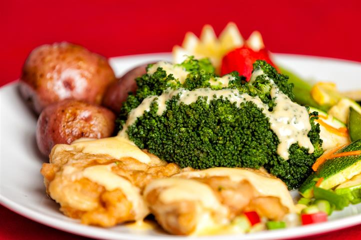 chicken breast lightly dusted and sauteed, topped with fresh steamed broccoli. Finished off with a chicken veloute sauce and laced with hollandaise sauce.
