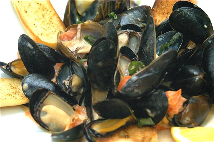 mussels served with marinara or scampi style with baked garlic toast