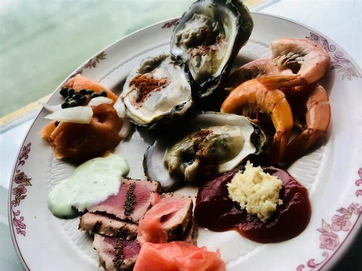 Three oysters, Sushi Tuna Bites, pieces og ginger and a side of cocktail sauce