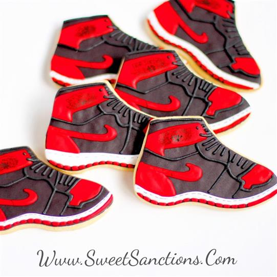 6 cookies shaped as sneakers