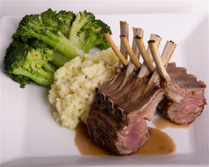 lamb shanks with gravy, mashed potatoes and broccoli