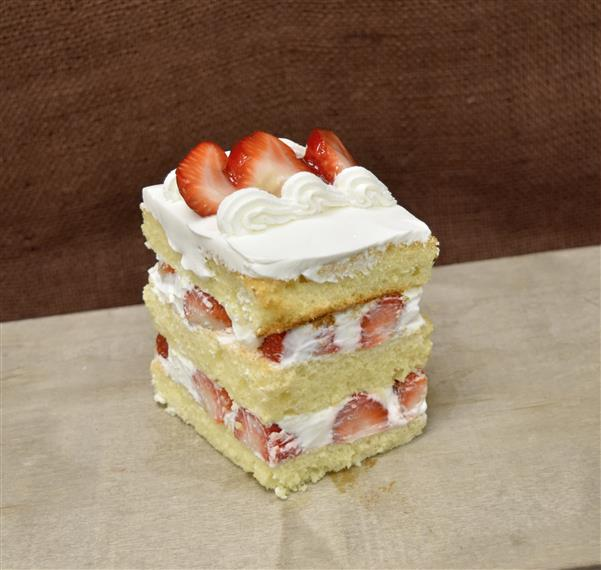 emparedado cake with strawberries