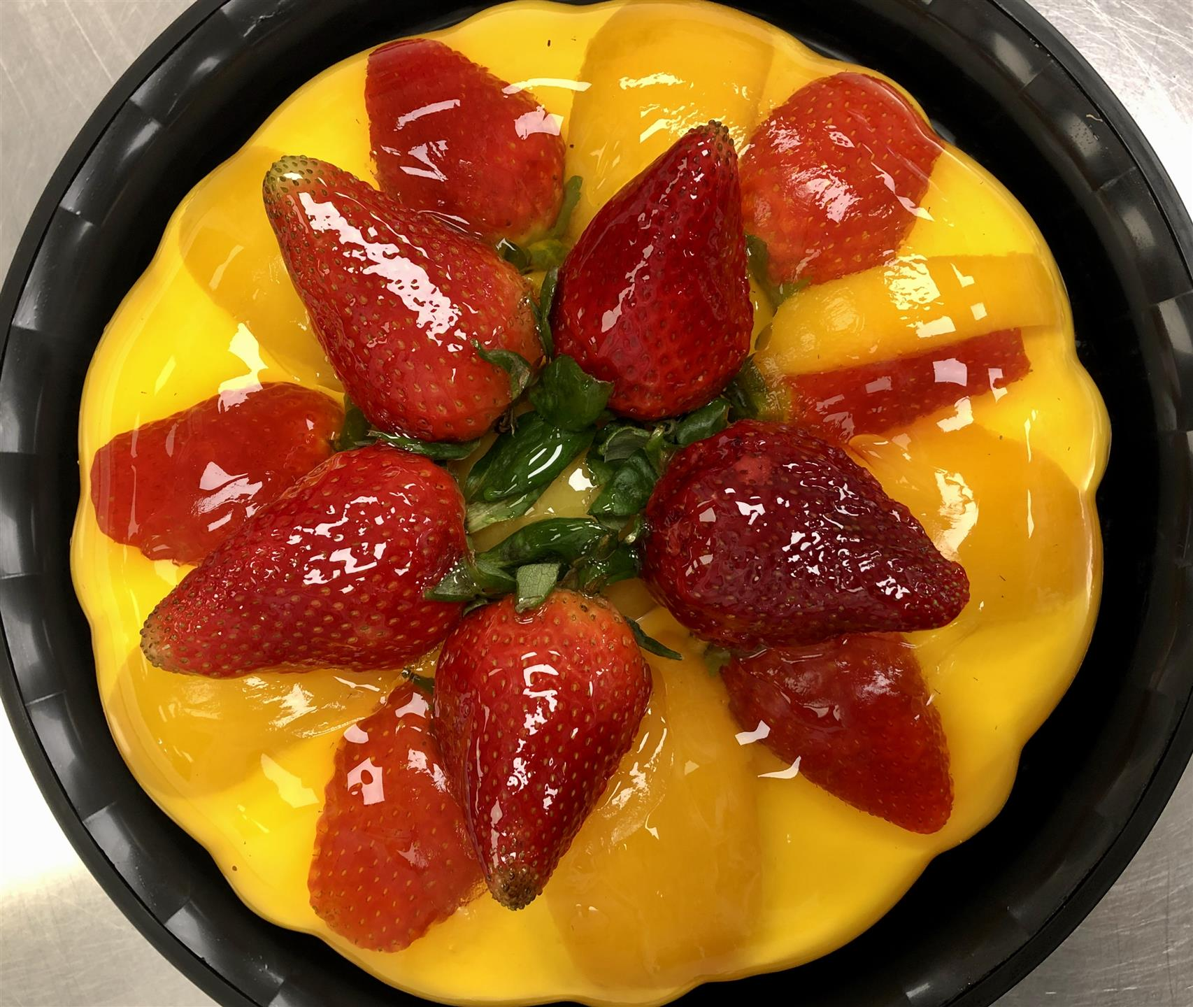 gelatina with mangoes and strawberries on top