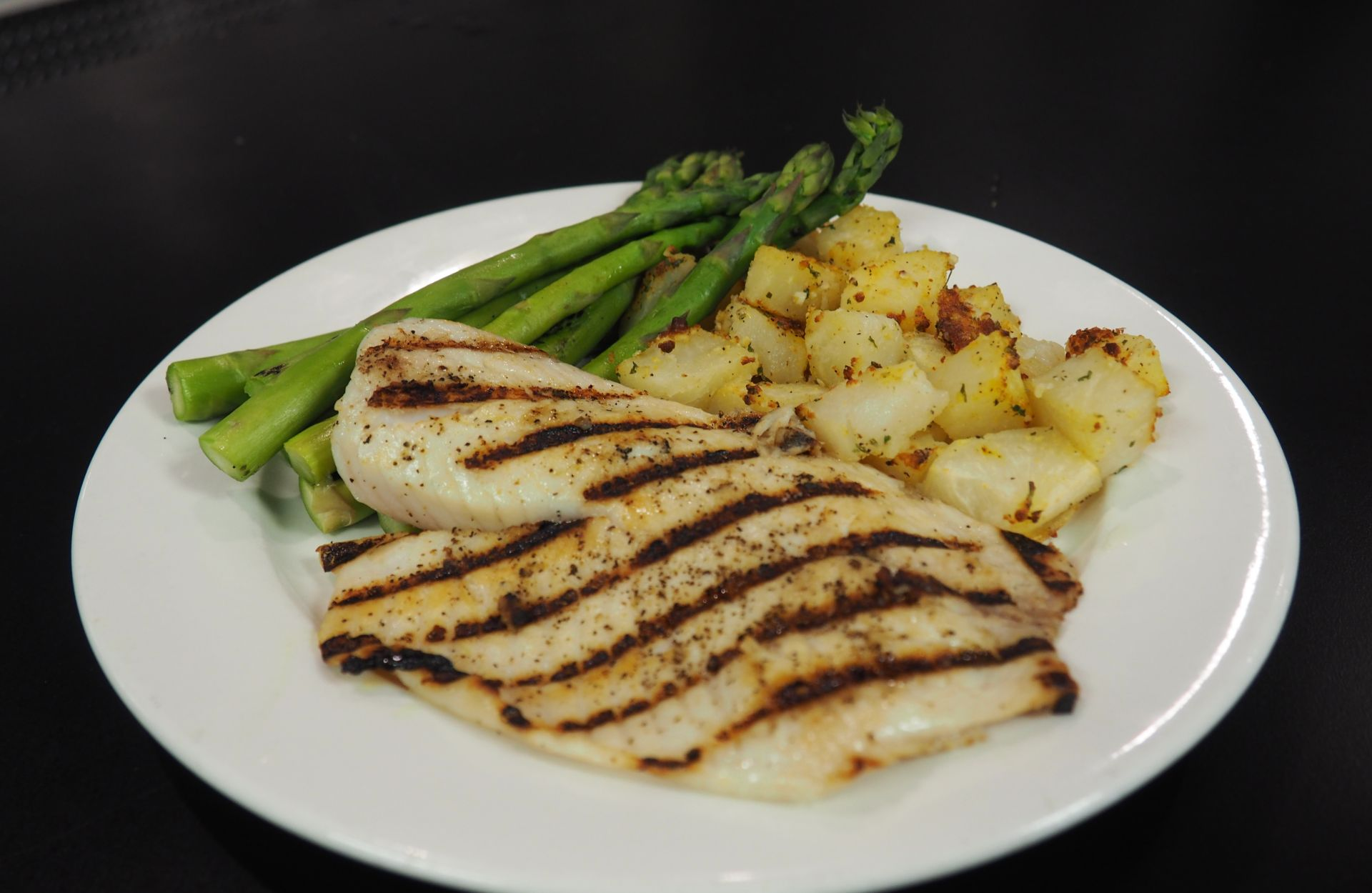 Grilled cod fillets with asparagus and potatoes