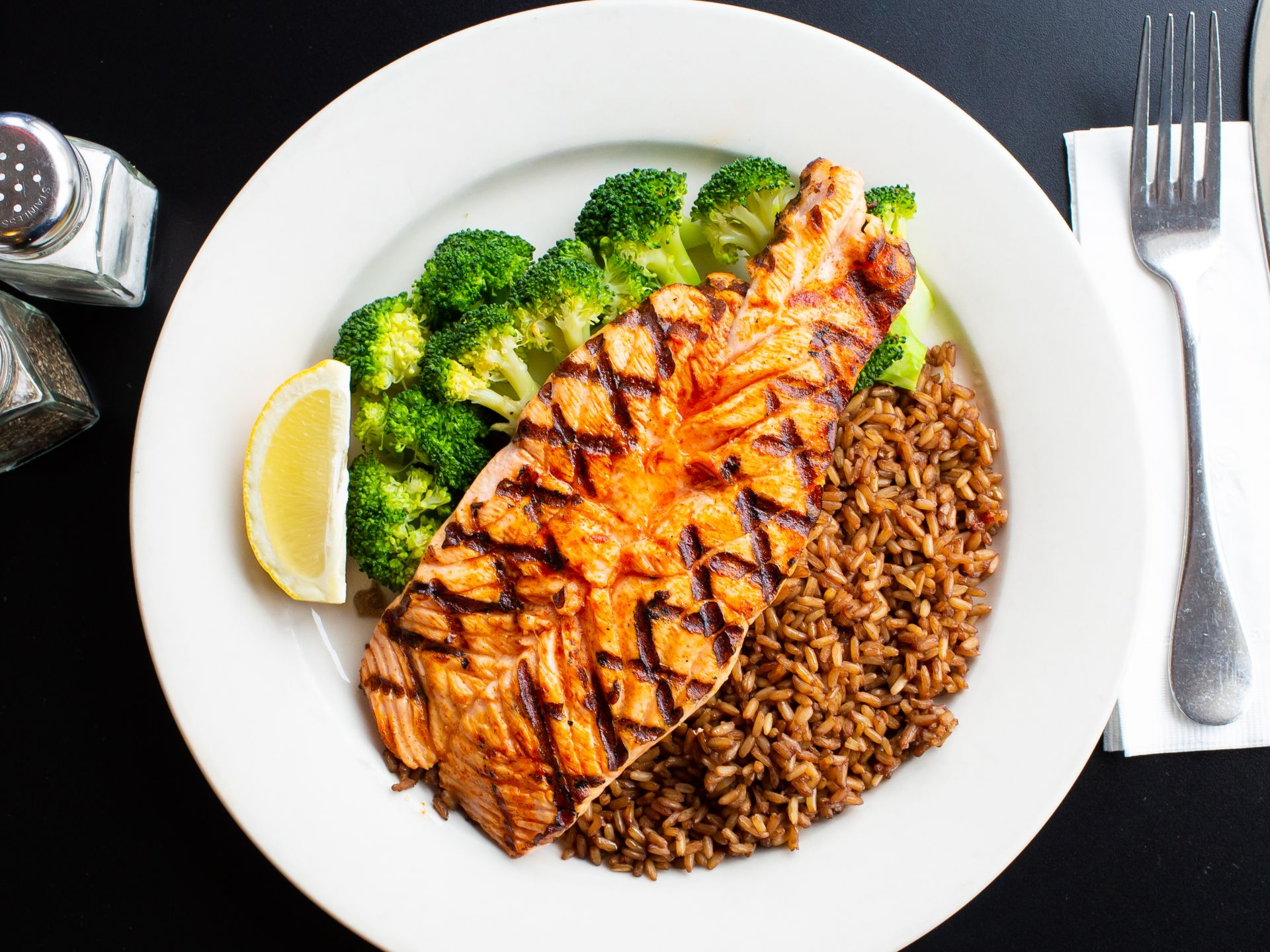 Grilled salmon with brown rice, broccoli and lemon
