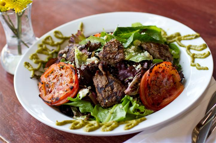 salad with grilled steak and vegetebles