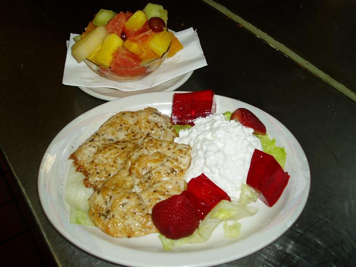 Chicken with lettuce and strawberrries