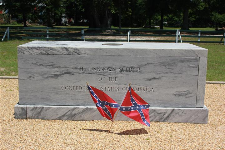 tombstone with confederate flags