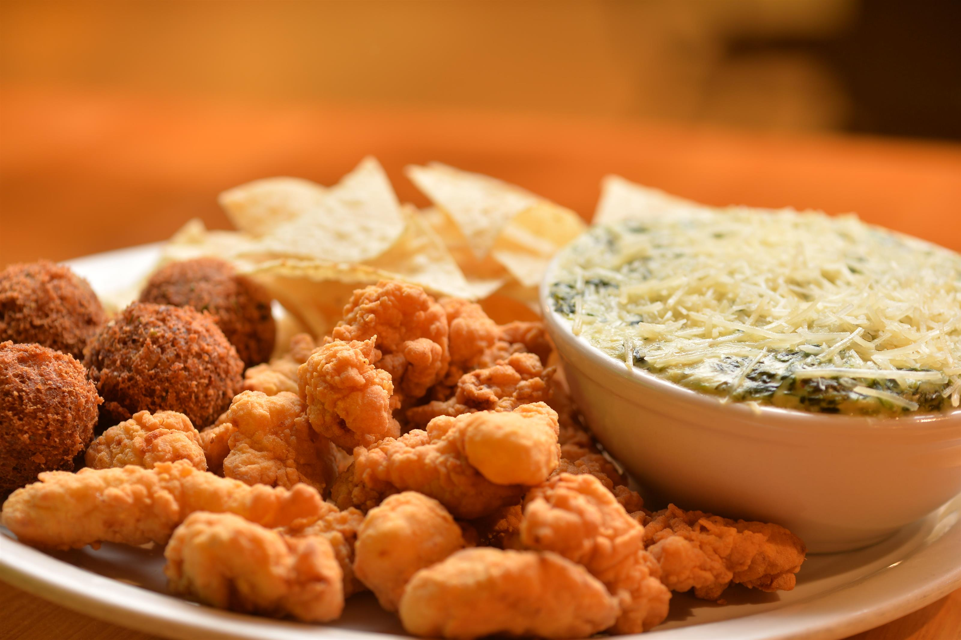 popcorn chicken served with spinach dip and chips