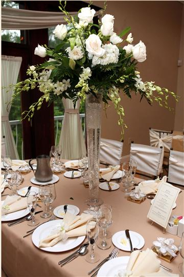 A white bouquet decoration of a table