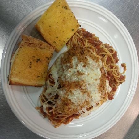 Garlic bread with chicken parmesan and spaghetti