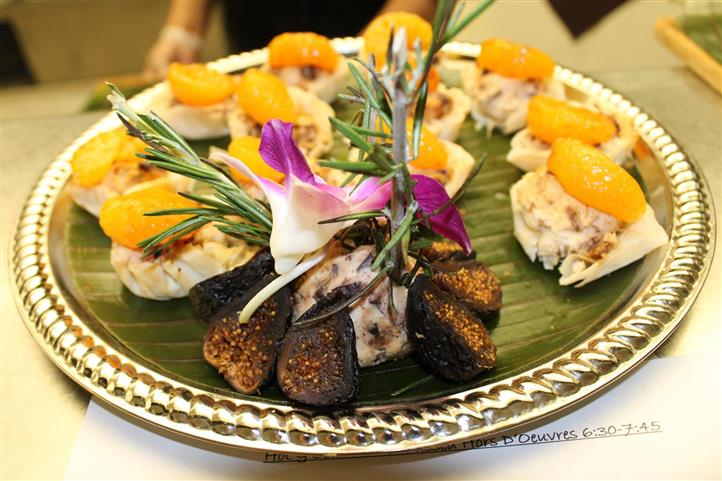 Fish hors d'oeuvres topped with sliced fruit