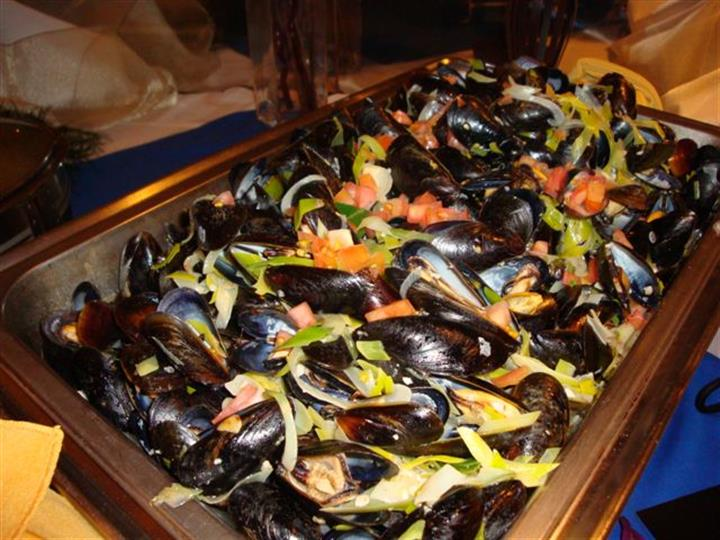 Dish of mussels with tomato and lettuce