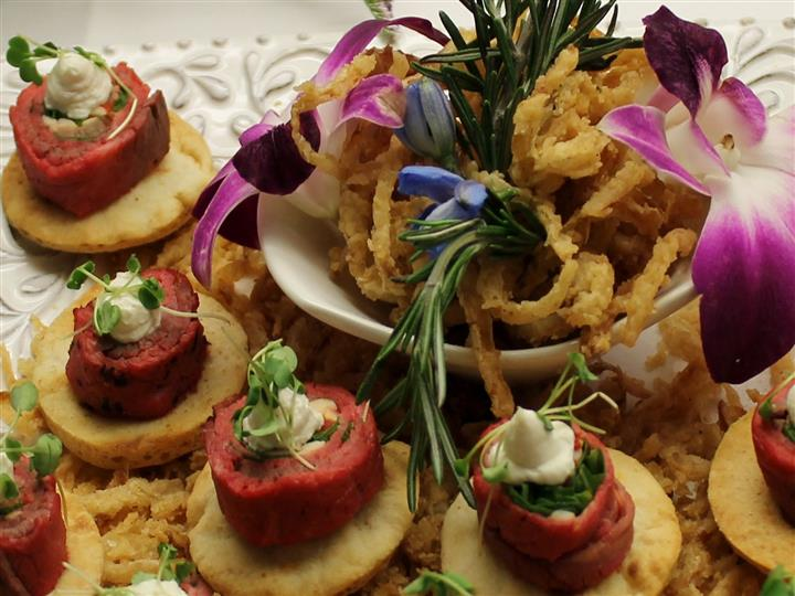 Steak tartare with fried onion strings