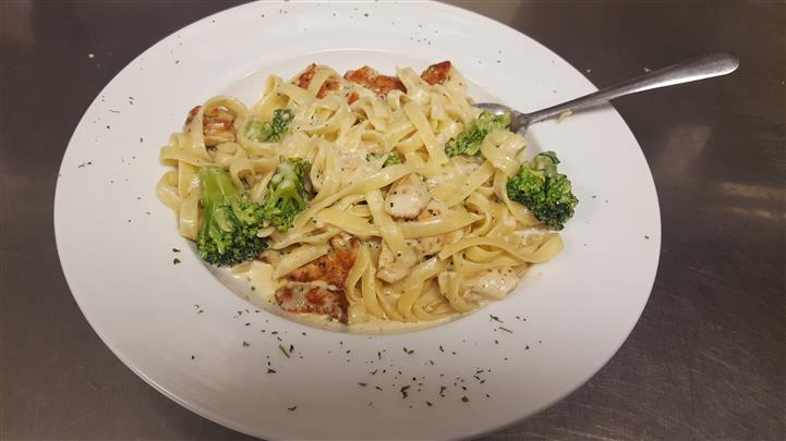 Alfredo Pasta served with broccoli.