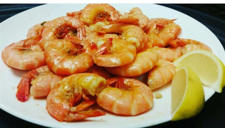 A plate of unpeeled shrimp