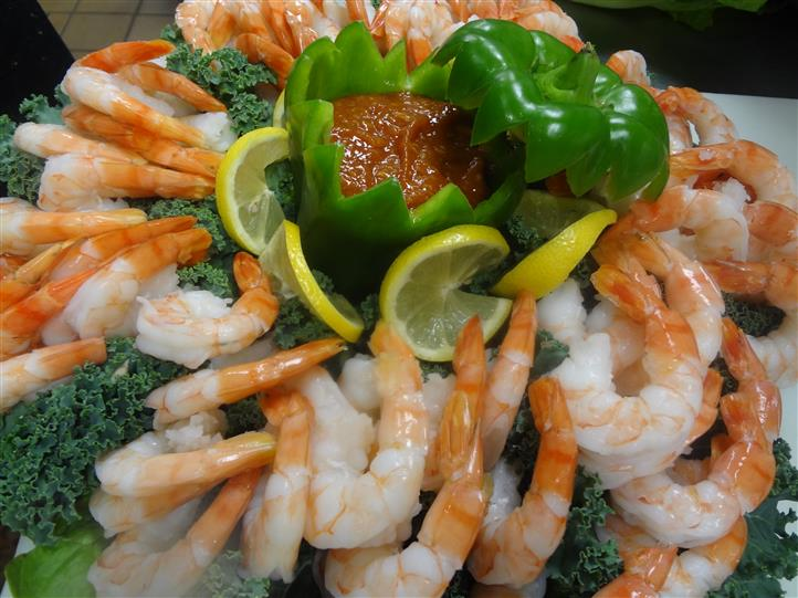 Shrimp platter with lemons