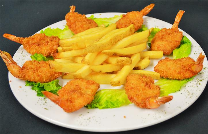 Fried shrimp with French fries served with lettuce