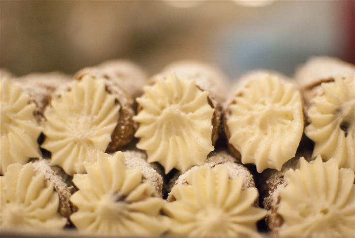 cannoli pastries with cream filling