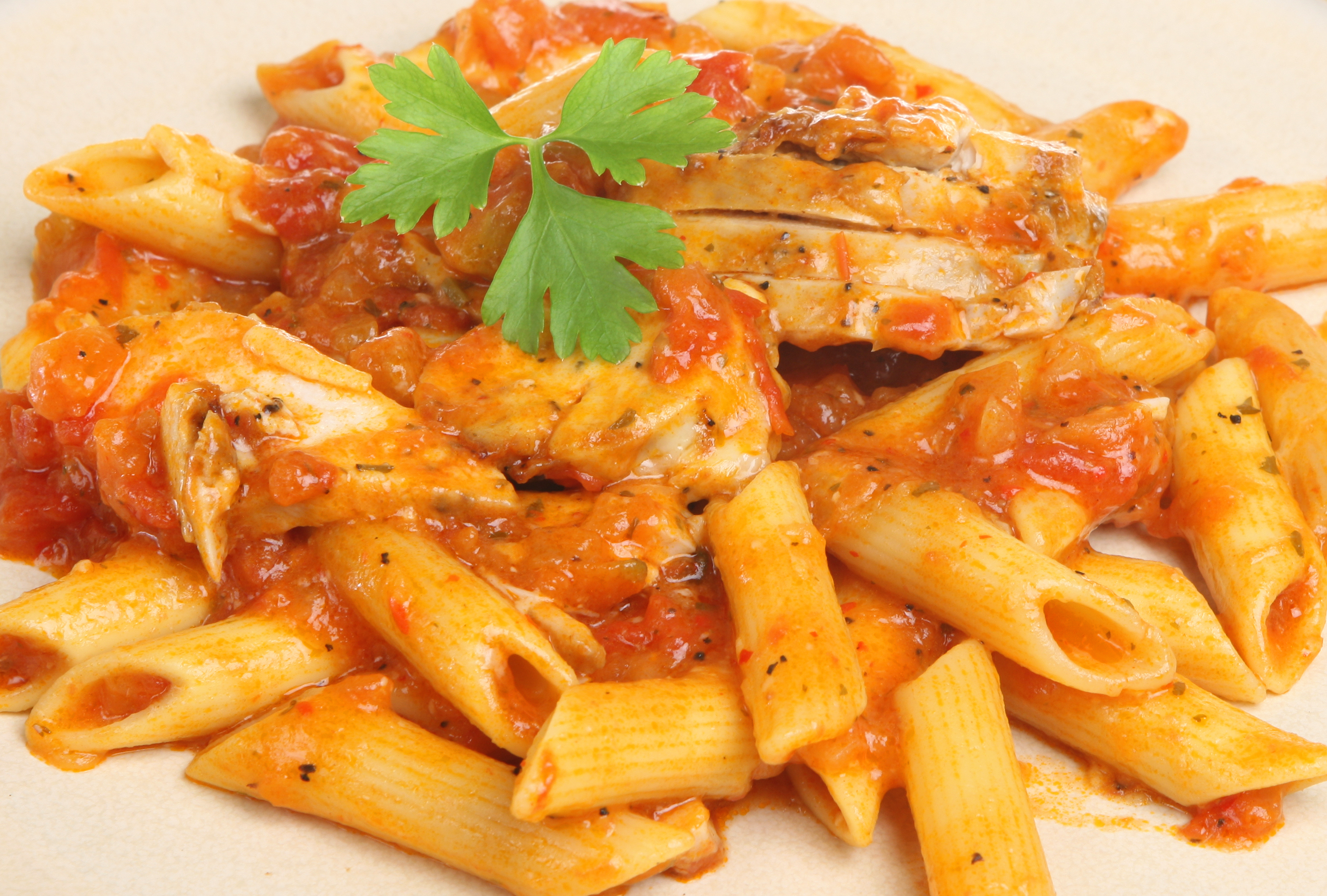 Penne with chicken and red sauce