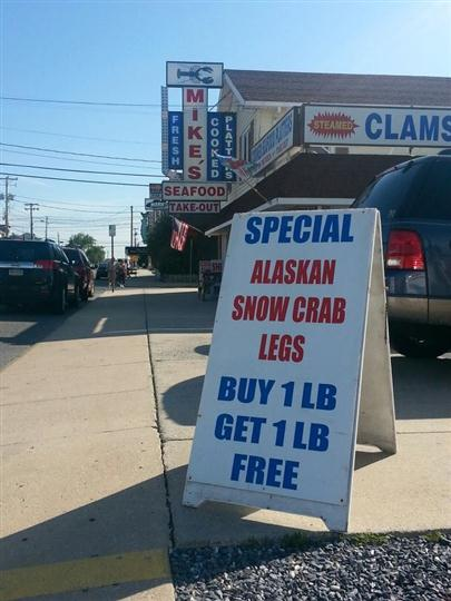 "a specials sign that says ""special alaskan snow crab legs buy 1 lb get 1 lb free"""
