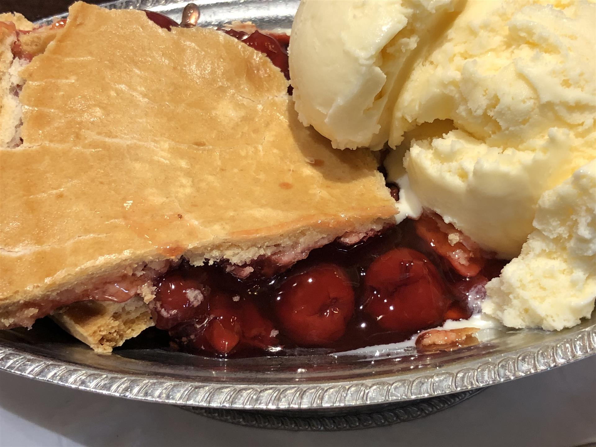 Cherry Pie with vanilla icecream