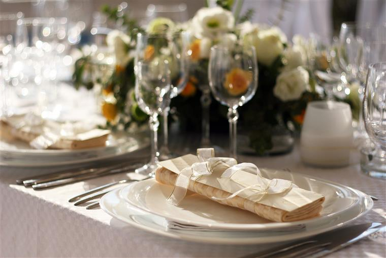 Fancy tablesetting with champagne glasses and centerpiece