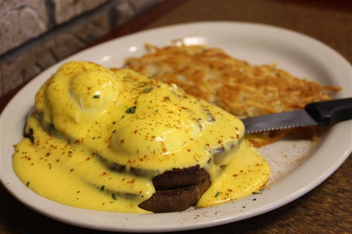 eggs benedict with hashbrowns