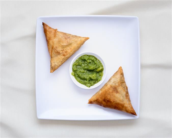 Delicious crispy pastry, stuffed with onion and jalapeño marinated with Habesha spices, served with a dipping sauce
