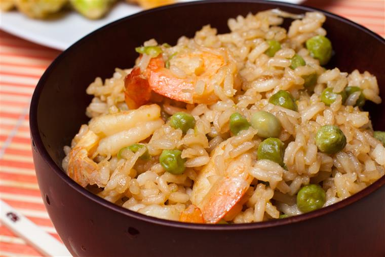 Shrimp and rice with peas in bowl