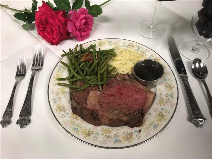 Steak dinner with mashed potatoes and string beans