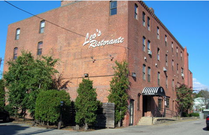 the outside of leo's ristorante from the road