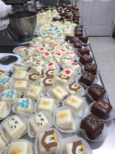 Chocolate and white cream mini ckes with several decorations