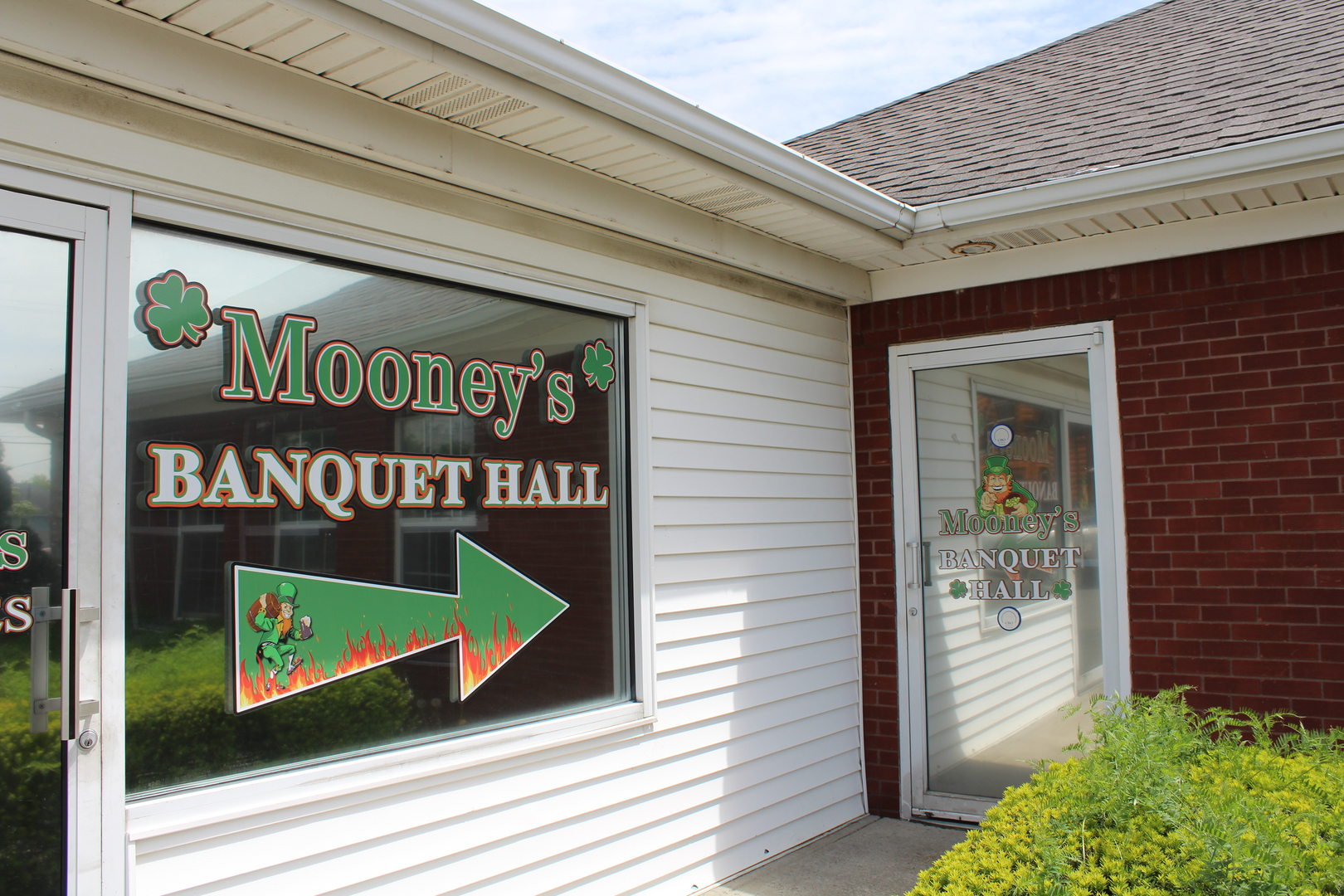 Mooney's Depew Banquet Outside sign with an arrow to the door
